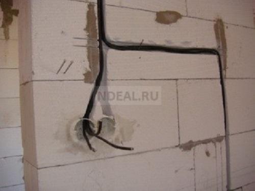 в штробы укладывается кабель